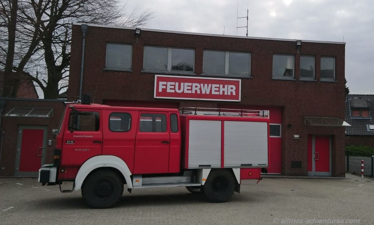 Allmo vor der Feuerwache in Straelen