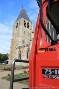 Allmo vor der Kirche Notre-Dame d'Ecouis