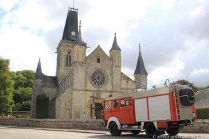 Allmo vor der Kirche in Le Bourg-Dun