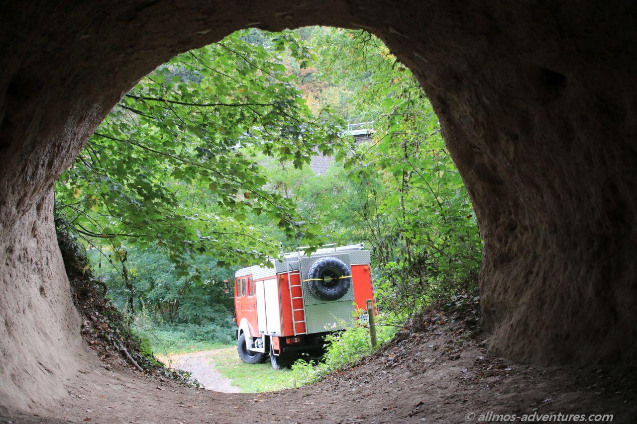 Allmo vor der Trasshöhle in Burgbrohl